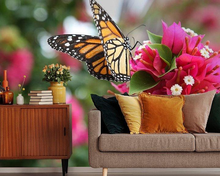 Sfeerimpressie behang: vlinder op bloem van Frans Versteden