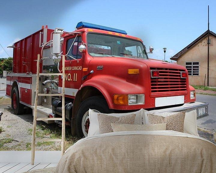 Sfeerimpressie behang: brandweerwagen bij brandweerkazerne willemstad curacao van Frans Versteden