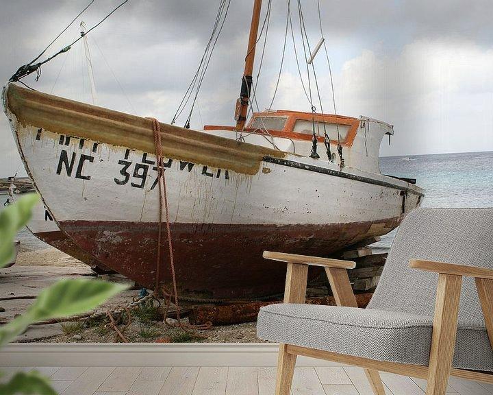 Sfeerimpressie behang: vissersboot op de kade van Frans Versteden