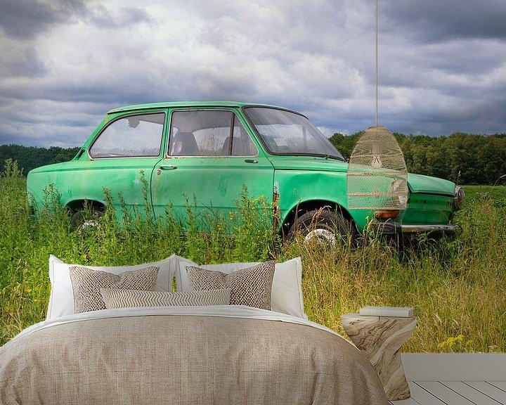 Sfeerimpressie behang: Groene Daf personenauto in een Zomers weideveld van Evert Jan Luchies