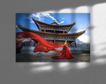 Een net getrouwde vrouw die op de stadsmuur in Dali (China) loopt. von Claudio Duarte