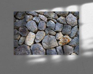 Rustic stacked rock wall. von Domicile Media