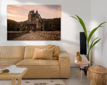 Met kasseien geplaveide straat naar Burg Eltz kasteel in het ochtendlicht