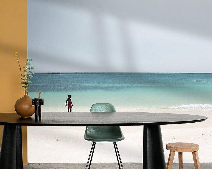Sfeerimpressie behang: Alone in paradise van Claire Droppert