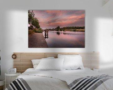 Foto eines atmosphärischen Sonnenaufgangs an den Schleusen des Flusses Leie in Menen, Westflandern,