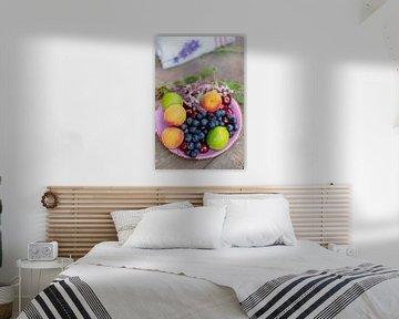 Kleurrijke zomerse fruitschaal met een kleurrijk zomers fruitschaaltje van Tanja Riedel