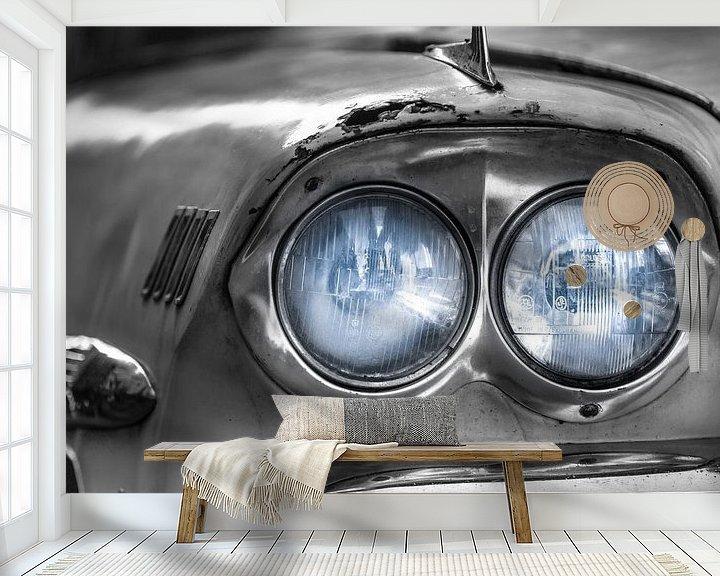 Sfeerimpressie behang: Klassieke witte Chevrolet Bel Air met blauwe koplampen close-up van Jan van Dasler