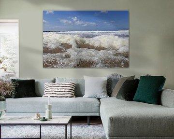 la mer bleue avec des vagues et beaucoup d'écume au premier plan aux Pays-Bas sur Angelique Nijssen