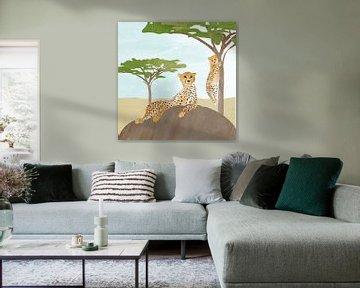 Jachtluipaard op rots met baby luipaardje in boom van Karin van der Vegt
