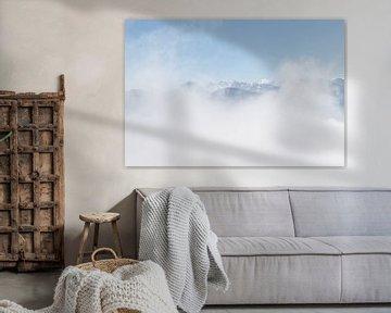 Berge durch dichte Wolkendecke von Sasja van der Grinten
