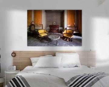 Verlassenes Klavier im Wohnzimmer. von Roman Robroek