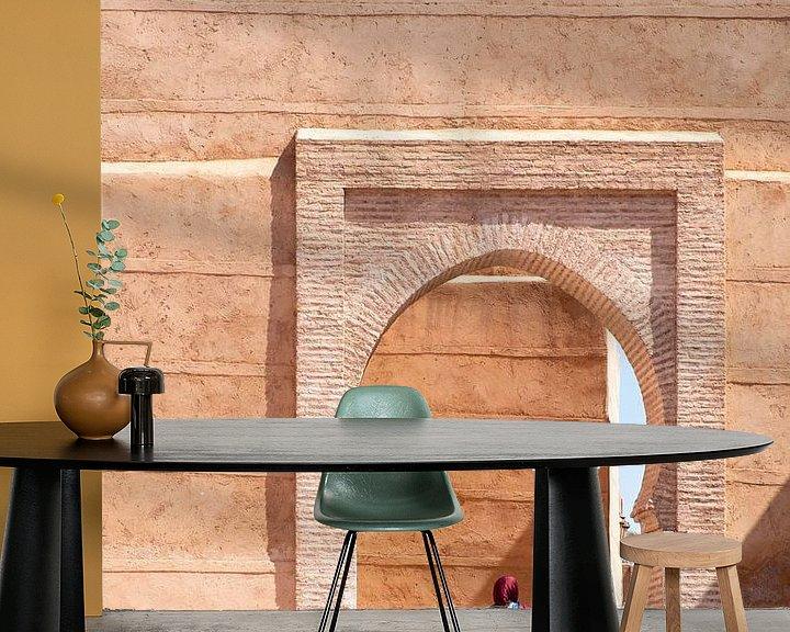 Sfeerimpressie behang: Vrouw in Marrakesh van Evelien Oerlemans