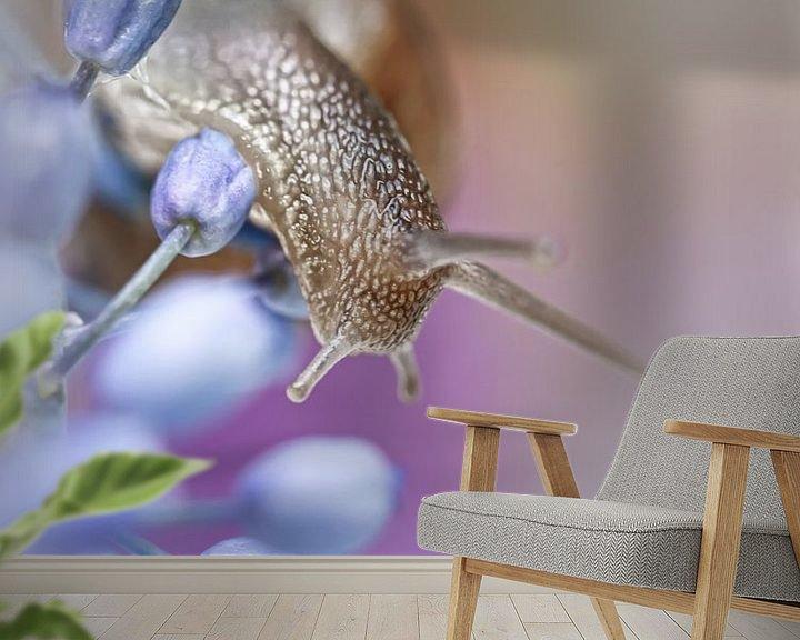 Sfeerimpressie behang: Snail on Grape Hyacinths (2) (bloem, blauwe druifjes, slak) van Bob Daalder