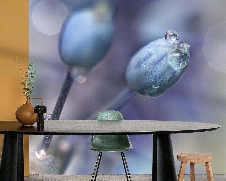 Sfeerimpressie behang: Underneath A Blue & Cloudless Sky ... (bloem, blauwe druifjes) van Bob Daalder