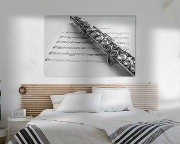 Dwarsfluit en bladmuziek, in zwart/wit van Gert Hilbink