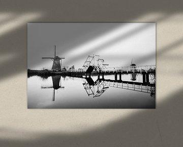 Windmühlen in Kinderdijk mit Brücke in schwarz-weiß von Jeroen Stel