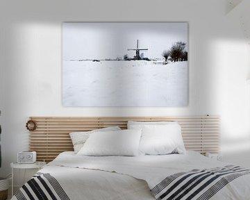 Windmühle in einer verschneiten Landschaft in Kockengense Polder von Jeroen Stel
