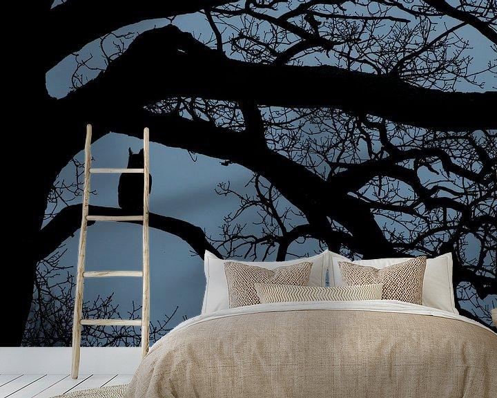Sfeerimpressie behang: Oehoe in het blauwe uurtje in oude eikenboom van Jeroen Stel