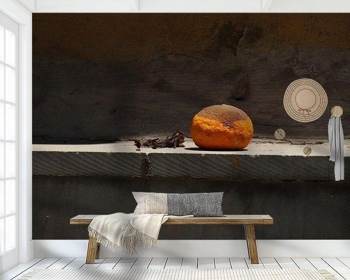 Sfeerimpressie behang: Stilleven met sinaasappel van Jan Katuin