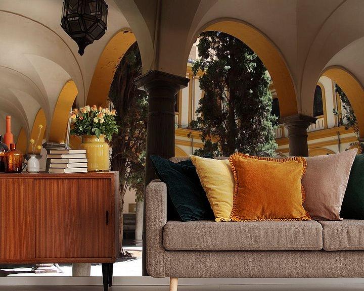 Sfeerimpressie behang: binnenplein met bogen architectuur van Jan Katuin