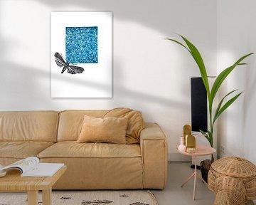 lino print, bloemen met mot blauw van Angela Peters