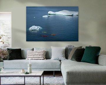 Kajakken rond de ijsbergen in Groenland. van Ralph Rozema