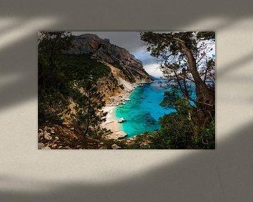 Baai in Sardinië, strand met helder blauw water  Italië van Yvette Baur