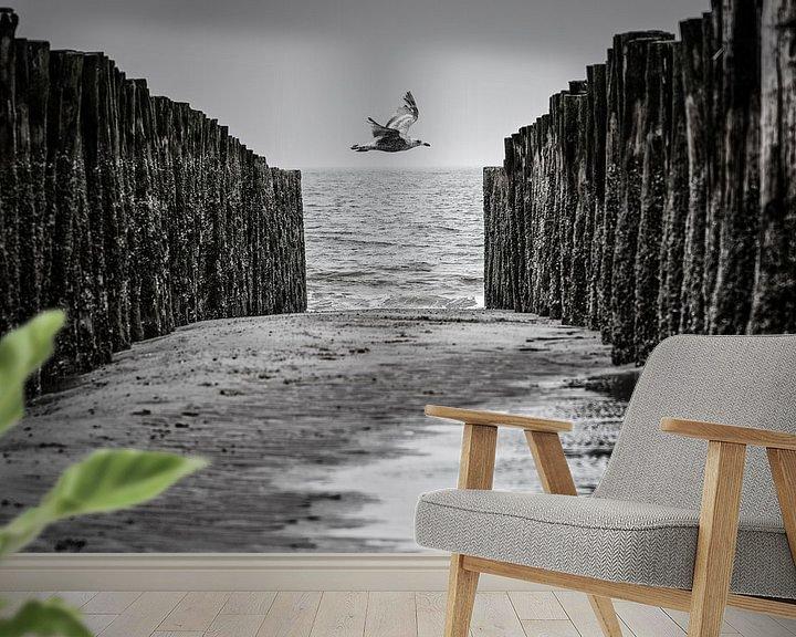 Sfeerimpressie behang: Zeemeeuw tussen golfbrekers van René van der Horst