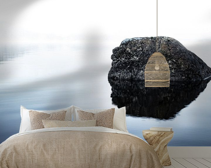 Sfeerimpressie behang: Rots in het meer van Tomas Grootveld