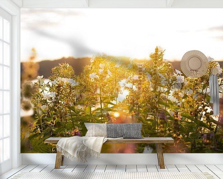 Sfeerimpressie behang: Bloemen in avondlicht van Tomas Grootveld