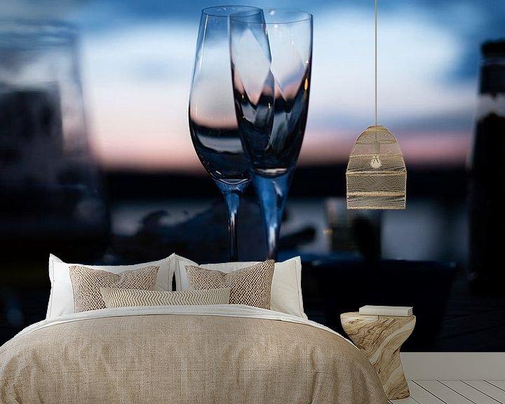 Sfeerimpressie behang: Wijnglazen na zonsondergang van Tomas Grootveld