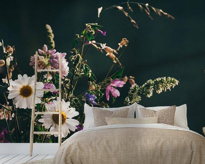 Sfeerimpressie behang: Wilde bloemen van Jessie Jansen