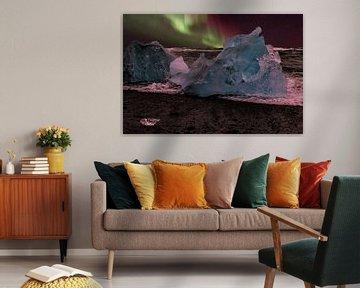 Nordlichter Strand Island, Aurora Borealis und blaues Eis. von Gert Hilbink