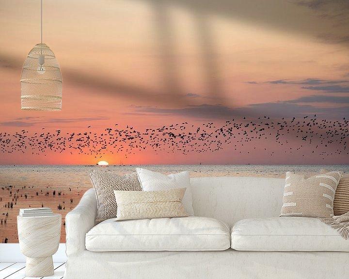 Beispiel fototapete: Vögel fliegen bei Sonnenuntergang über die friesischen Wattgebiete. von Barbara Brolsma