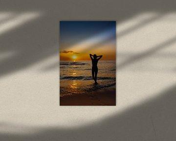 Dames silhouet tegen een kleurrijke zonsondergang van Eigenwijze Fotografie
