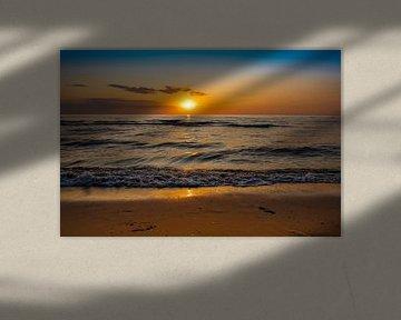 Mooie kleurrijke zonsondergang op het strand van Eigenwijze Fotografie