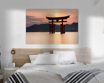 Ile Miyajima - Porte Torii flottante d'Itsukushima au coucher du soleil sur Marcel van den Bos