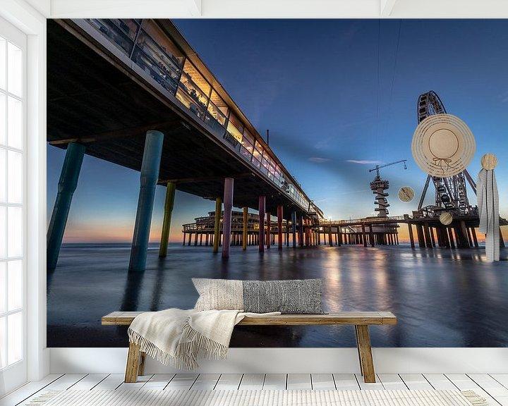 Sfeerimpressie behang: De Pier in Scheveningen tijdens het blauwe uurtje. van Claudio Duarte