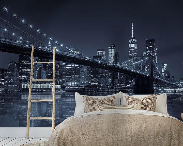 Sfeerimpressie behang: Brooklyn Bridge reflection  met Skyline van Manhattan van Jan van Dasler