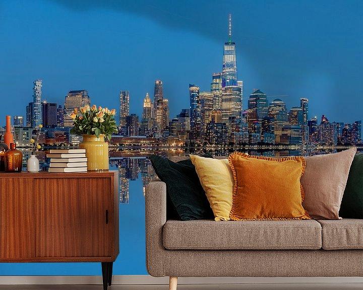 Sfeerimpressie behang: Manhattan Skyline met reflectie vanaf Hoboken, New Jersey van Jan van Dasler