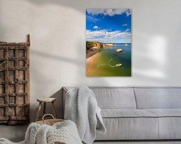 Vissers op het strand van Lagos in Portugal van Werner Dieterich