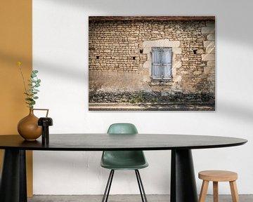 Alte Mauer mit Fensterrahmen in Frankreich von Art By Dominic