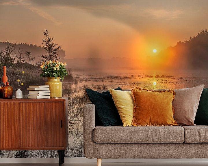 Sfeerimpressie behang: gouden zonsopkomst boven de vijver in de teut te Limburg, Belgie. van Fotografie Krist / Top Foto Vlaanderen