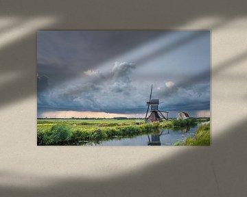 Windmühle unter einem stürmischen Himmel von Menno van der Haven