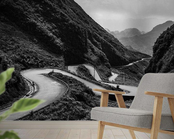 Sfeerimpressie behang: Kronkelende weg tijdens de Ha Giang Loop in Vietnam. van Twan Bankers