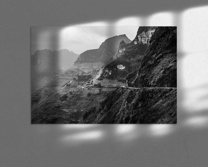 Sfeerimpressie: Contour van weg over verschillende heuvelruggen tijdens de Ha Giang Loop in Vietnam. van Twan Bankers
