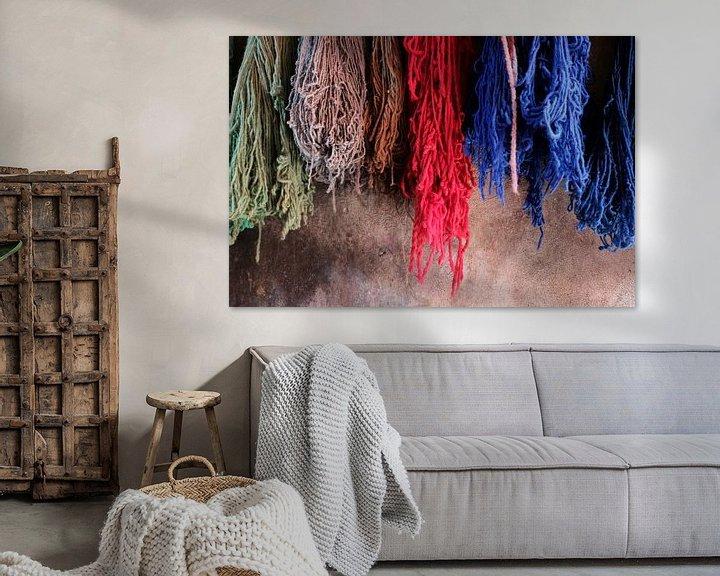 Sfeerimpressie: Geverfde wol in Marrakech, Marokko van Ingrid Meuleman