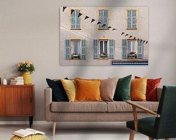 Französische Fassade mit Fensterläden und Blumen von Anouschka Hendriks