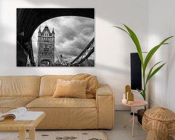 Uitzicht op de Tower Bridge in Londen, op een dramatische bewolkte dag. van Carlos Charlez