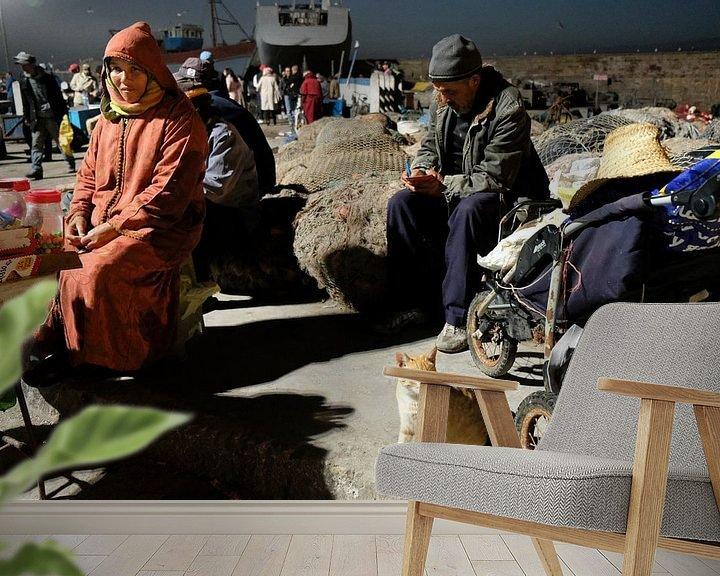 Sfeerimpressie behang: Kat op de vismarkt in Essaouira, Marokko van Ingrid Meuleman
